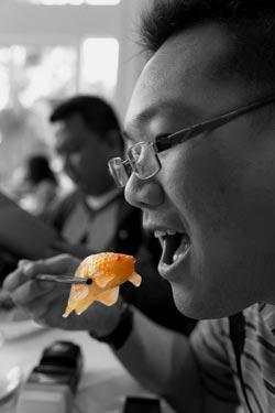 Agak gak tega.. tapi ikannya palsu kok. 'Jelmaan' dari dimsum :) FOTO: Priyadi.