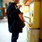 Membeli koin khas Disneyland lewat kotak mesin khusus. FOTO: Priyadi.