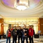 Berfoto lagi di lobi hotel. FOTO: Priyadi.