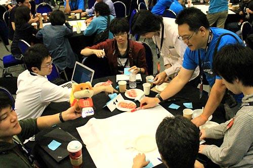"""Menjadi """"table lead"""" dan belajar berkolaborasi. FOTO: Yofie Setiawan."""