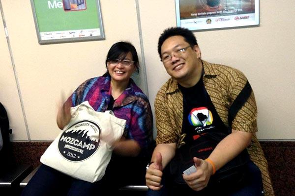 Berfoto bersama Rara (Mozilla Rep dari Indonesia) di MRT. FOTO: Yofie.